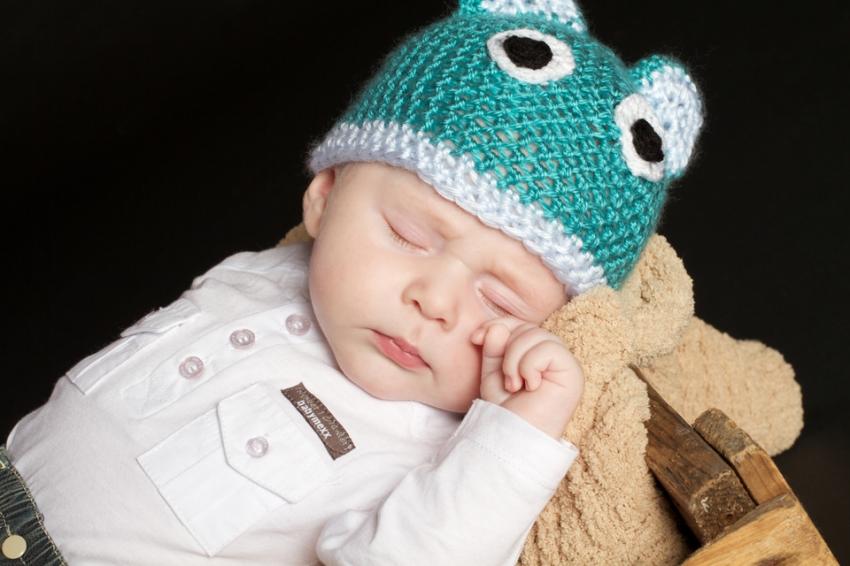 Bébé dort avec son bonnet