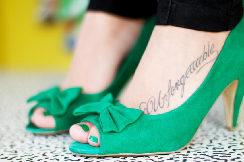 Fille avec des souliers verts