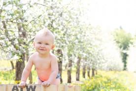 Un bébé fête ses 1 an dans un verger.