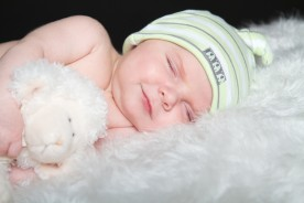 Un bébé naissant qui dort